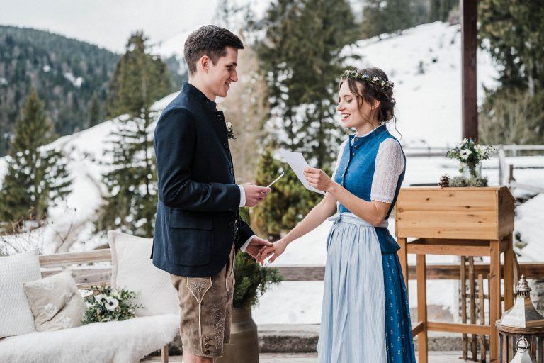 Das Brautpaar gibt sich das Eheversprechen vor winterlicher Almwiese