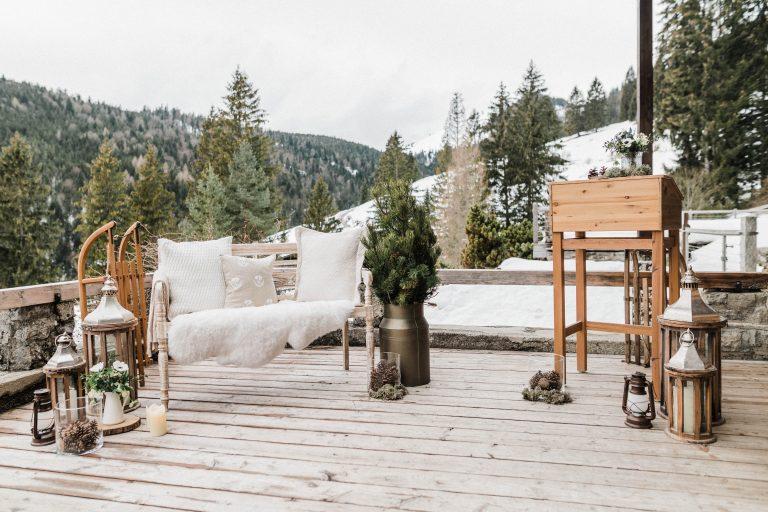 Liebesbankerl und Traupult vor verschneiter Berglandschaft