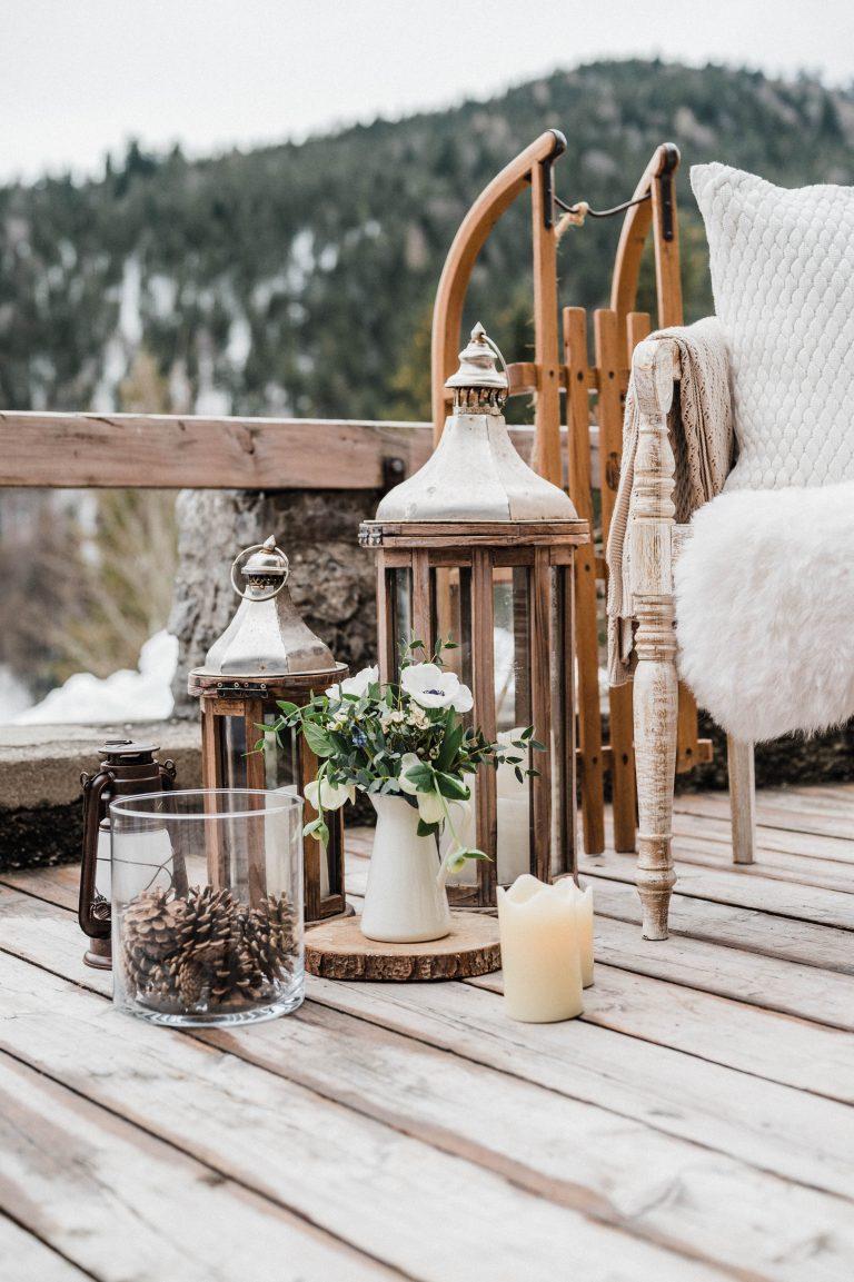 Trau-Dekoration im Winter mit Laternen, Kerzen für den Hauch Hüttenromantik