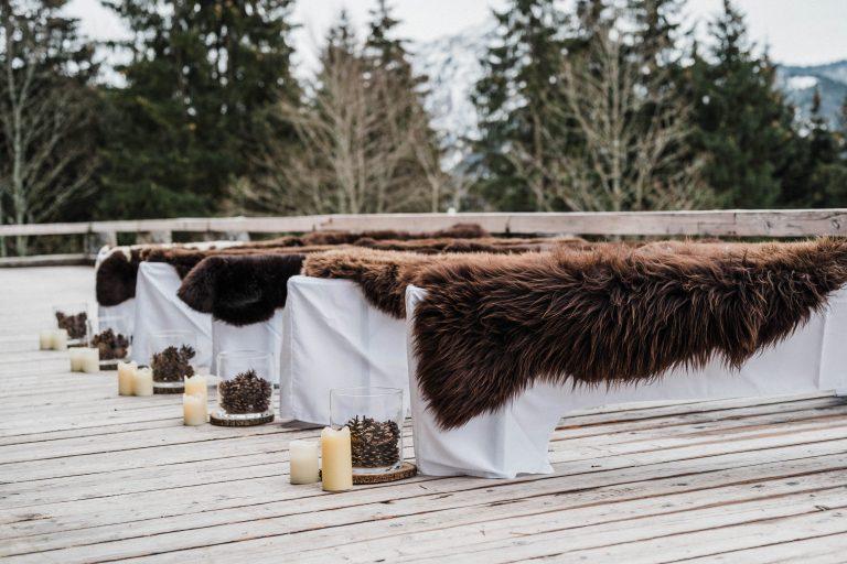 Gastbänke mit Felle für Trauungen auf der Terrasse