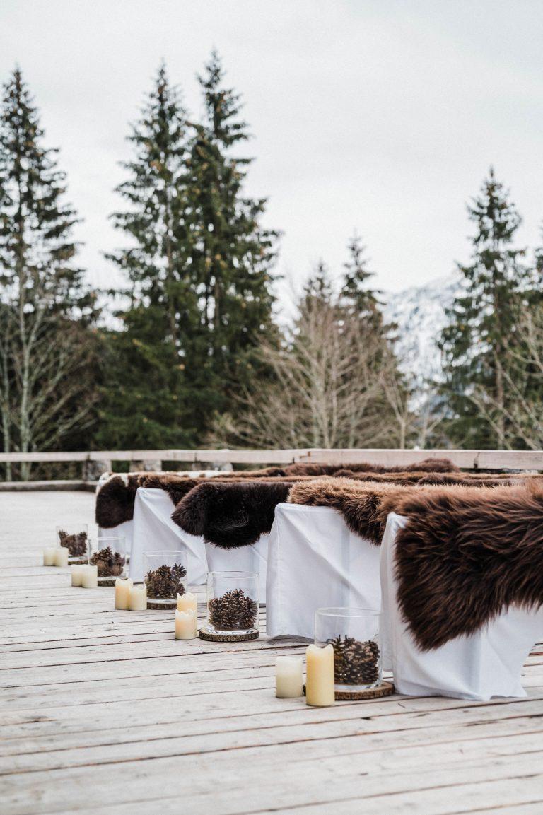 Gastbänke mit Hussen und Felle zur Trauung auf der Terrasse