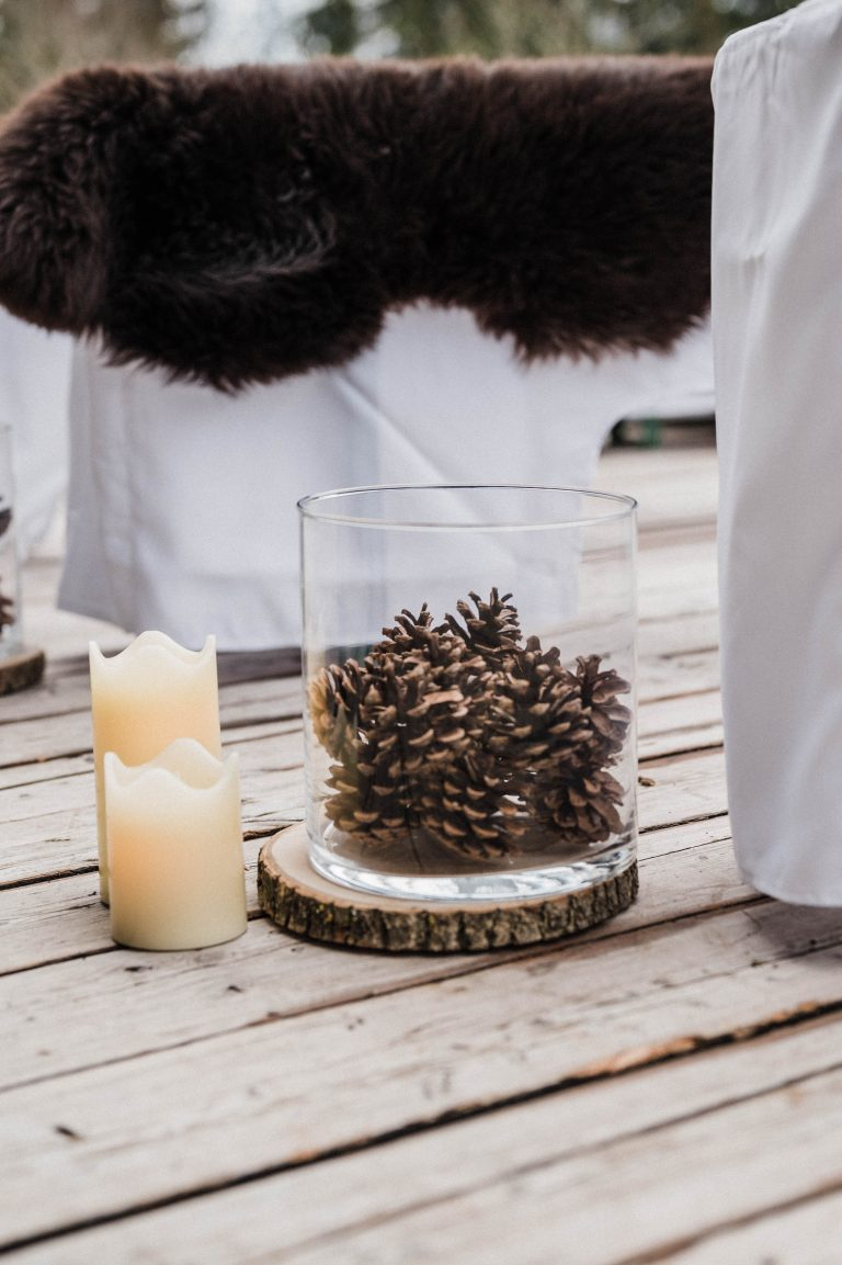 Winterliche Dekoration - Tannenzapfen und Kerzenschein