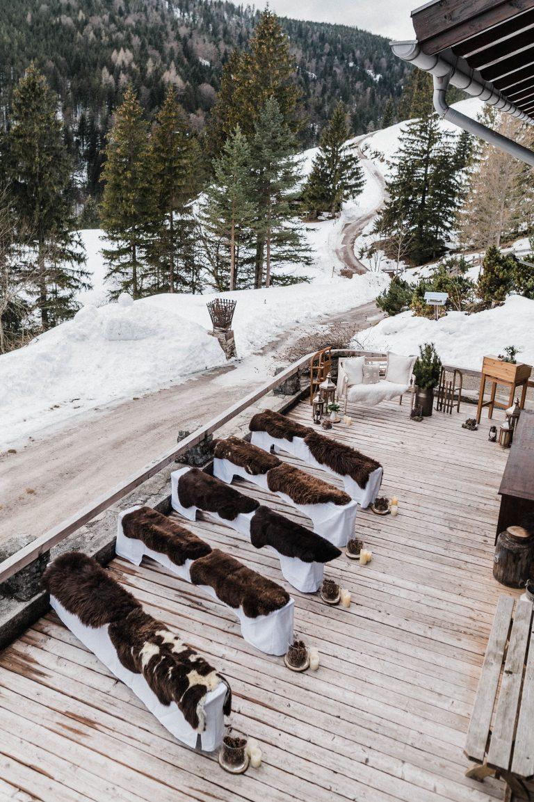Blick von oben: Gastbänke mit Felle, Liebesbankerl, Traupult im Winter Wonderland