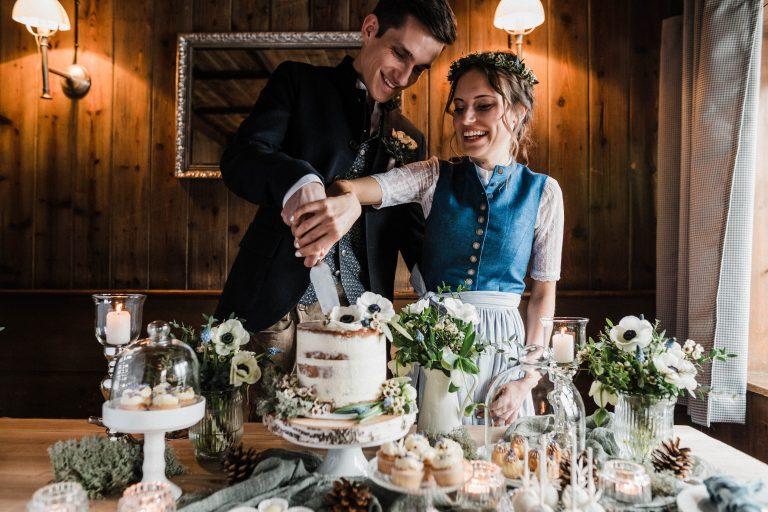 Tradition: das gemeinsame Kuchenanschneiden durch das Brautpaar