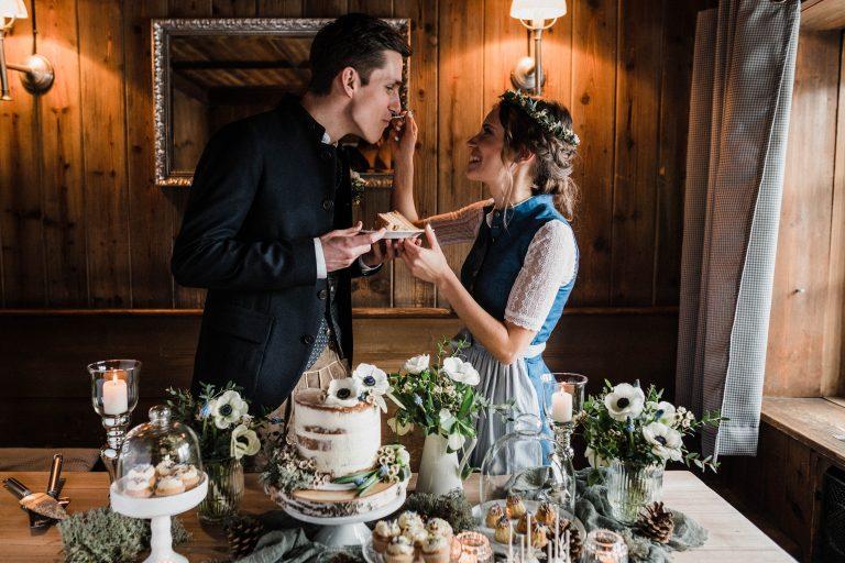 Braut gibt ihrem Bräutigam das erste Kuchenstück per Gabel