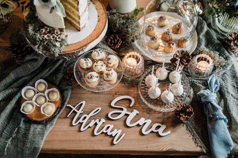 Der süße Tisch mit Hochzeitstorte, Muffins, Cake Pops und den Namen des Brautpaars