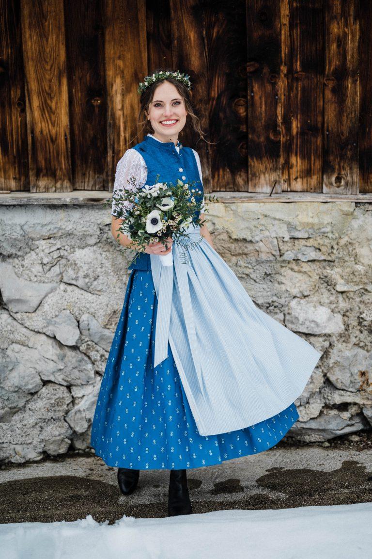 Braut in Tracht vorm Almbad Sillberghaus im Schnee