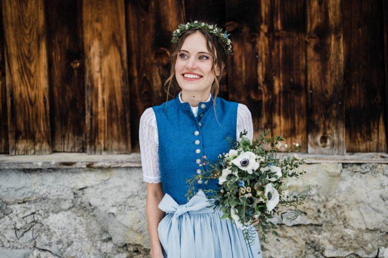 Die strahlende Braut vorm Almbad Sillberghaus