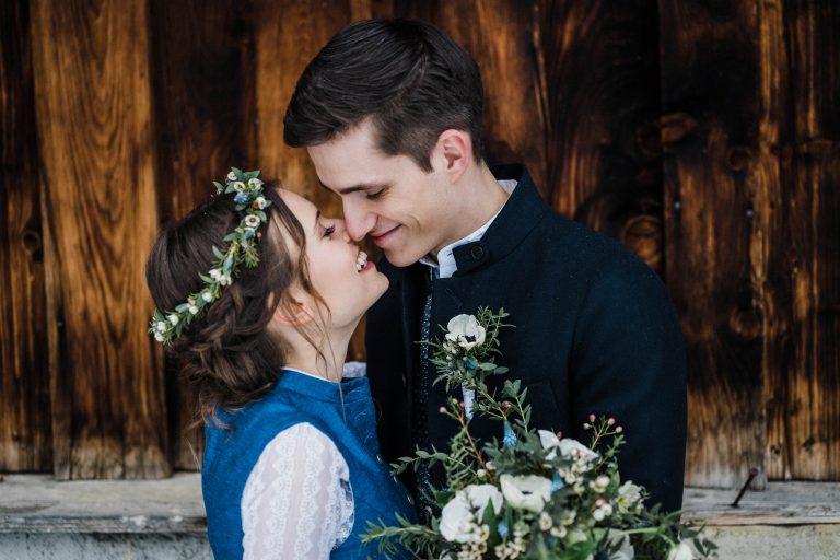 Hochzeitskuss vorm Almbad Sillberghaus im Winter Wonderland