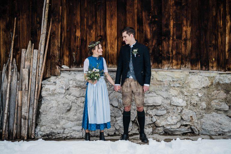 Brautpaar im Schnee vorm Almbad Sillberghaus