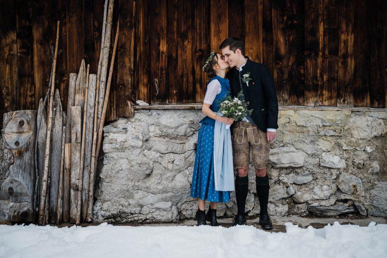 So verliebt im Schnee - Braut flüstert ihrem Bräutigam zu