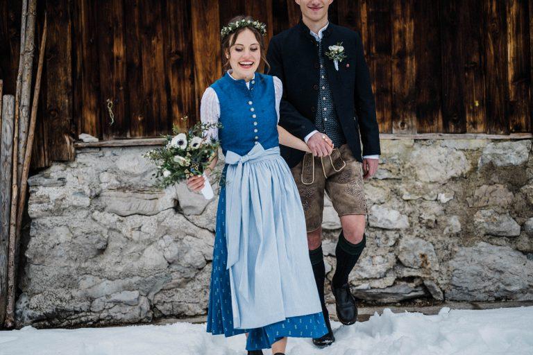 Wir gehen nun gemeinsam durchs Leben - das Brautpaar im Schnee vorm Almbad Sillberghaus