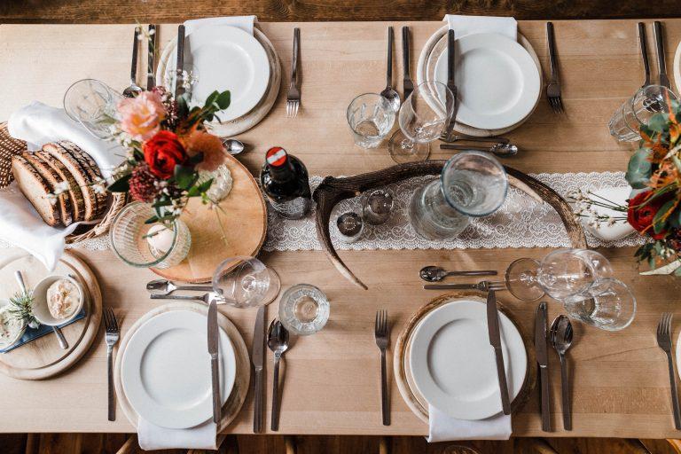 Der gedeckte Tisch zum ersten Gang des Hochzeitsmenüs im Almbad Sillberghaus