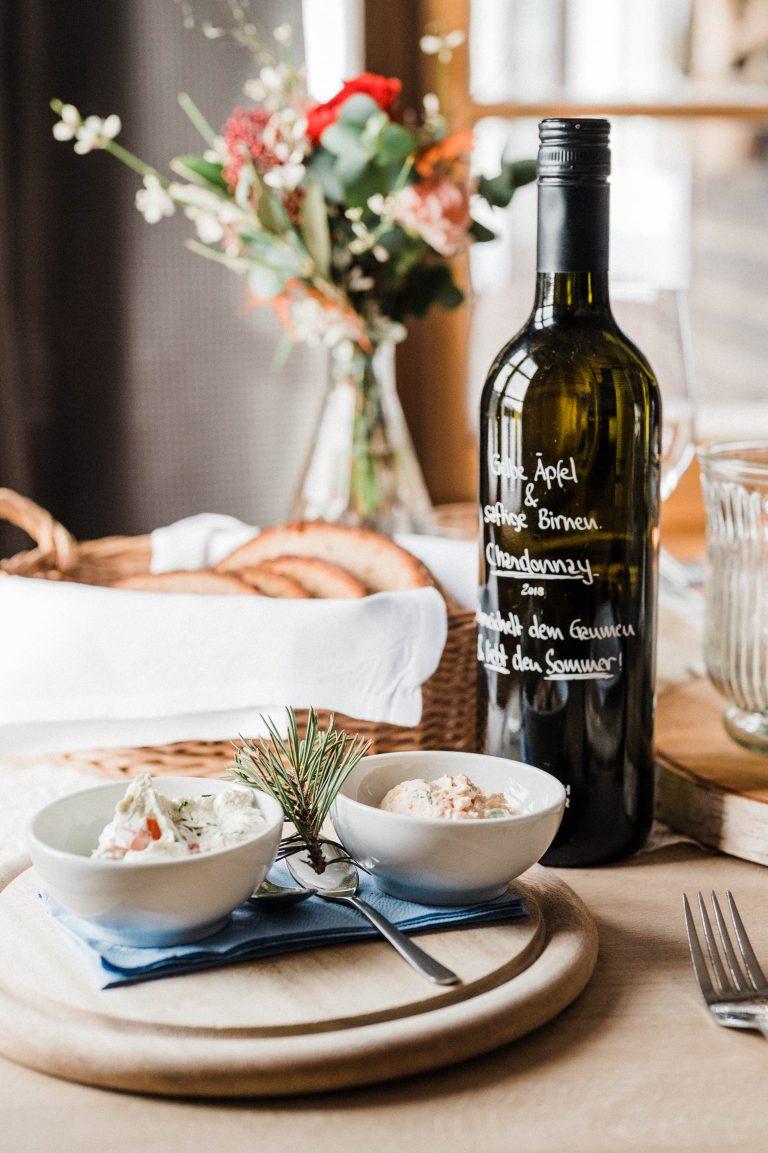 Gruß aus der Almküche auf dekoriertem Hochzeitstisch im Almbad Sillberghaus