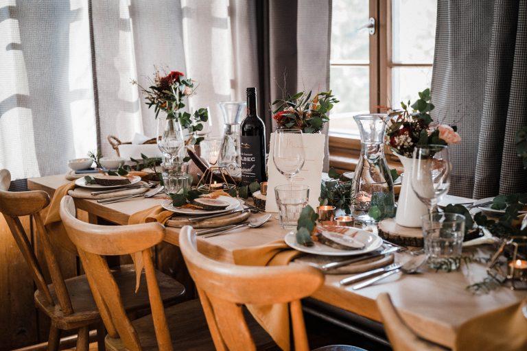 Essen im wunderschönen urigen Kaminzimmer - der dekorierte Tisch