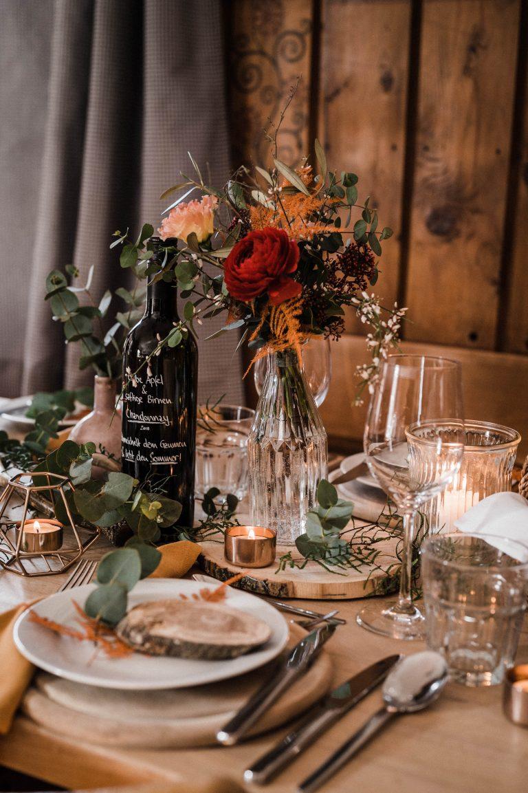 Hochzeitstisch mit Blumendekoration