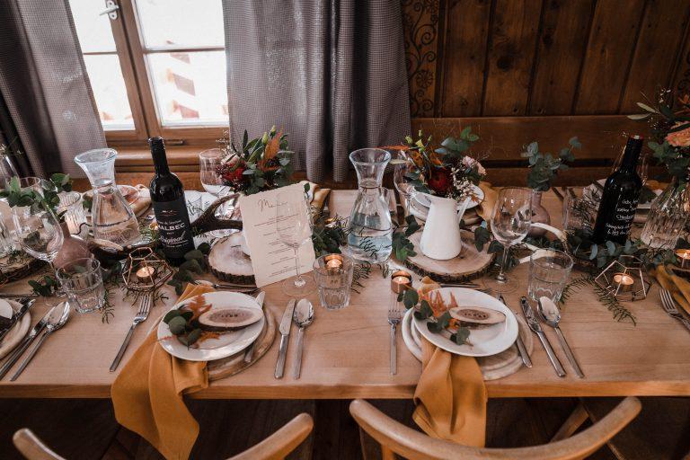 Festlich dekorierter und gemütlich gestalteter Hochzeitstisch im Almbad Sillberghaus