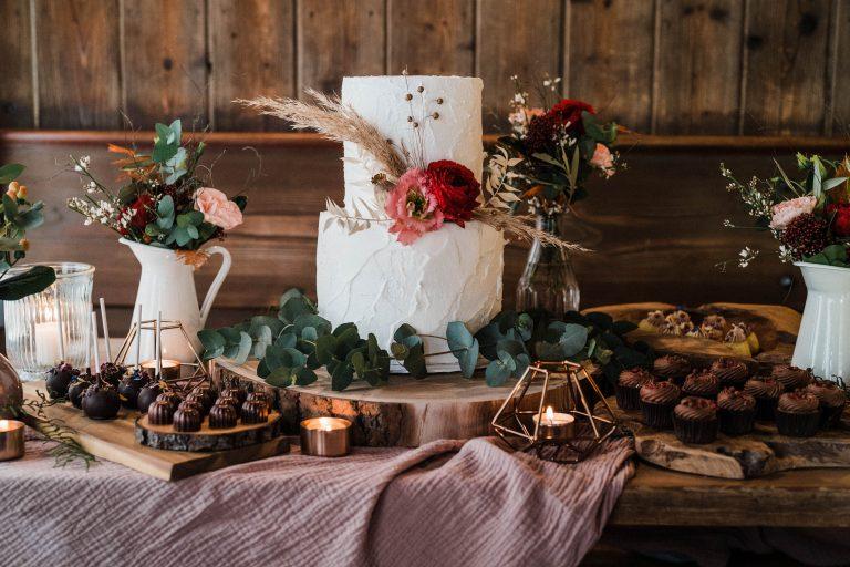 Kleine Hochzeitstorte, Cakepops und Muffins für die Hochzeitsgesellschaft