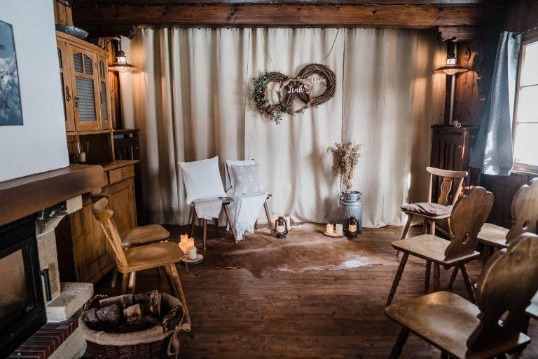 Hüttenromantik zur Winterhochzeit - dekoriertes Kaminzimmer im Almbad Sillberghaus