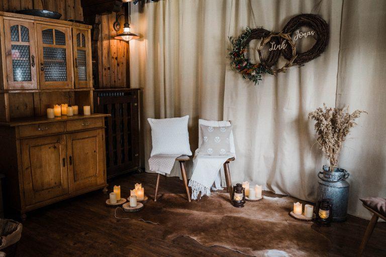 Der Platz fürs Brautpaar im gemütlichen Kaminzimmer des Almbad Sillberghaus