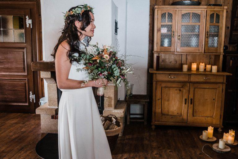 Die Braut schreitet zur Trauung im Kaminzimmer des Almbad Sillberghaus