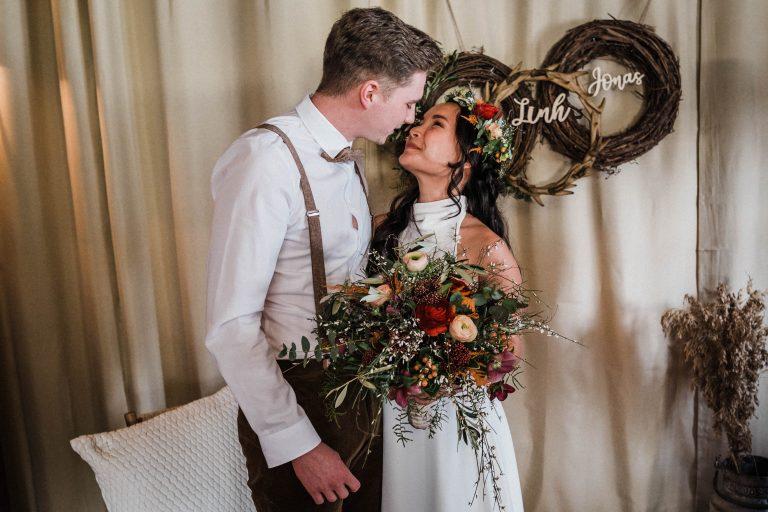 Das Brautpaar küsst sich zur Trauung im Kaminzimmer