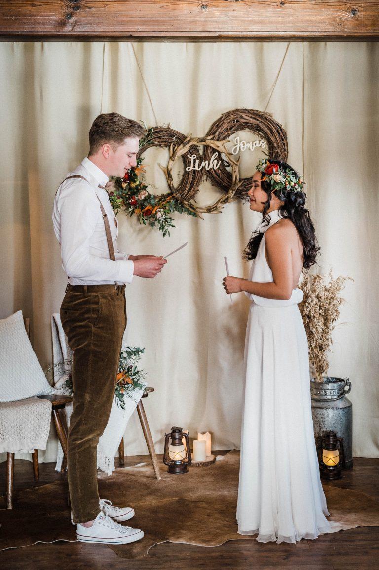 Das Brautpaar gibt sich mit eigenen Worten sein Eheversprechen im Kaminzimmer des Almbad Sillberghaus