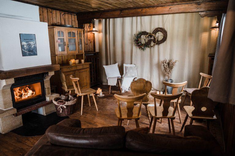 Vorbereitetes Kaminzimmer zur Trauzeremonie mit Kaminknistern im Almbad Sillberghaus