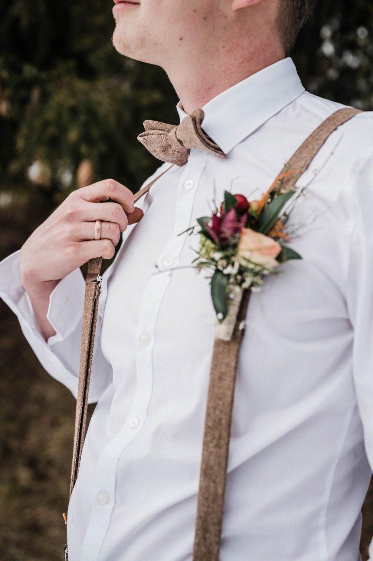 Der Bräutigam mit Ansteckstrauß
