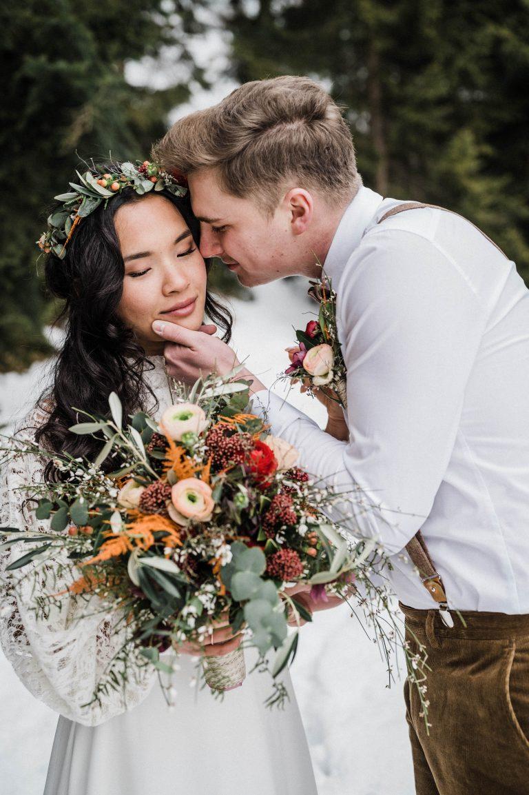 Bräutigam küsst die Braut