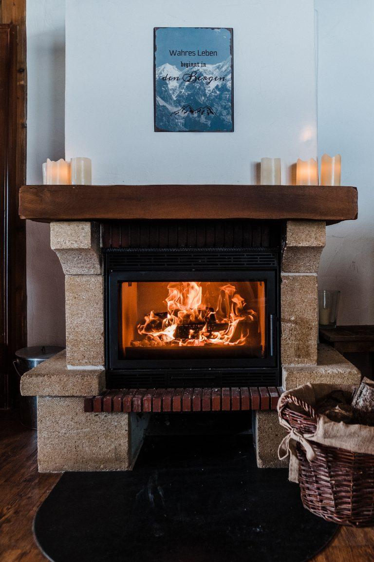 Kaminknistern und loderndes Kaminfeuer in unserem wunderschönen urigen Kaminzimmer
