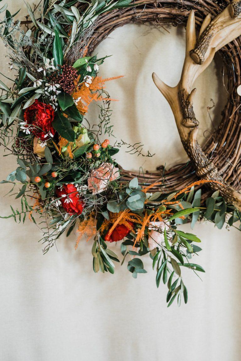 Blumenkranz und almerische Dekoration des Traubreichs zur freien Trauung im Kaminzimmer des Almbad Sillberghaus