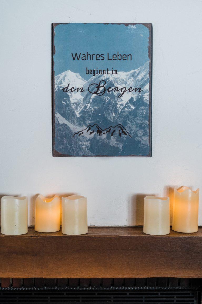 Kerzenschein auf dem Kamin sorgt für romantische Stimmung und eine wohlig-warme Atmosphäre für Trauungen im Kaminzimmer