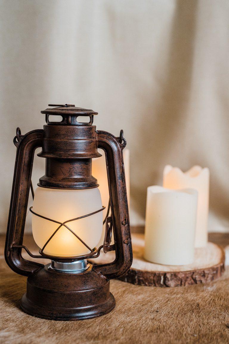 Laterne und Kerzen für romantische Stimmung und eine wohlig-warme Atmosphäre zur Trauung im Kaminzimmer