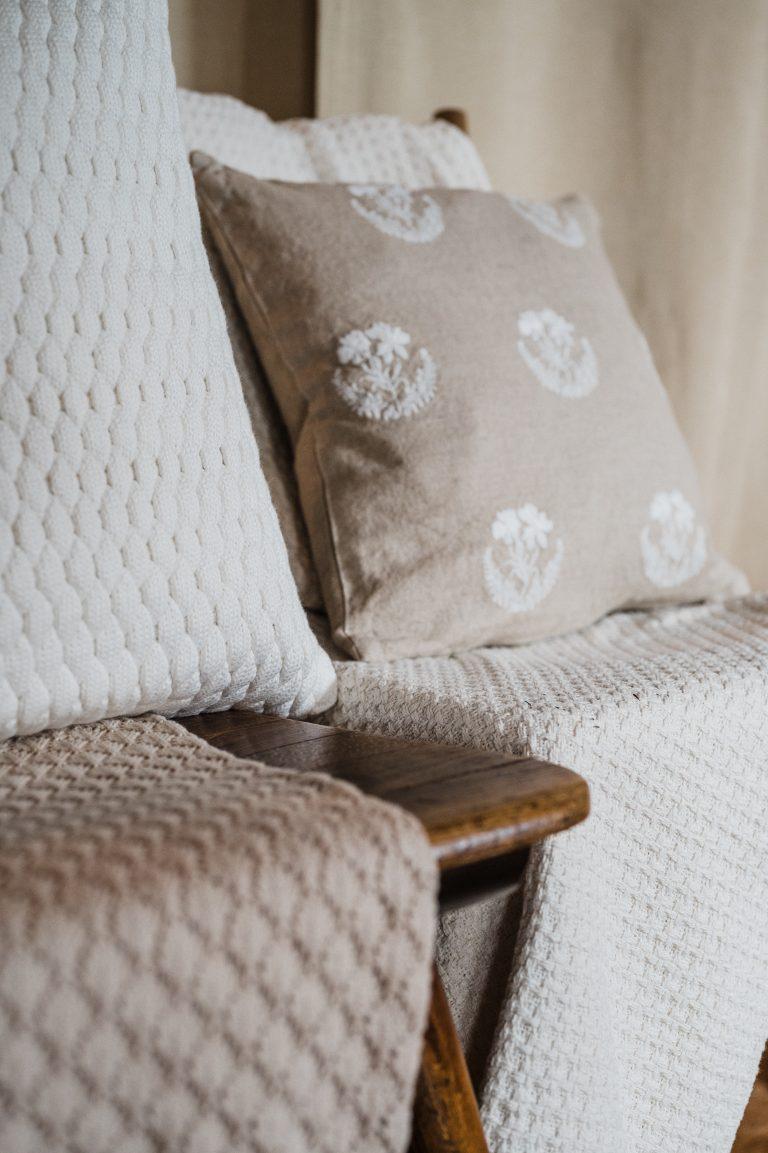 Gemütliche Decken und Kissen zieren den Platz für das Brautpaar während der Trauzeremonie