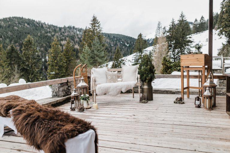 Liebesbankerl, Laternen, Kerzen und Gastbänke mit Fellen zur Winter Trauung auf der Terrasse