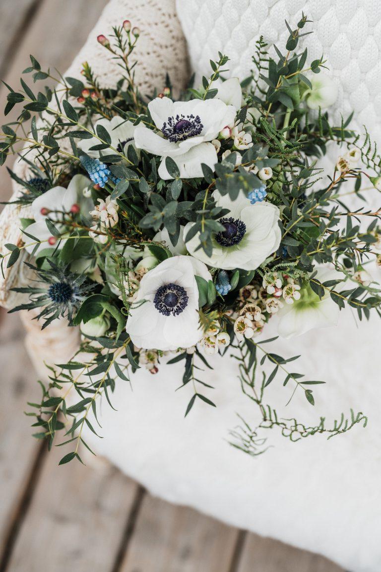 Winterlicher Brautstrauß in weiß und blau, passend zum Brautdirndl
