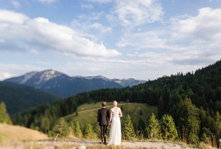 Brautpaar mit Blick über das Ursprungtal zu den Bergen