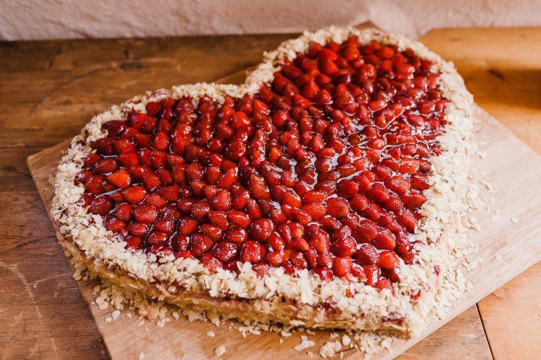 Erdbeerherz beliebt als Hochzeitstorte