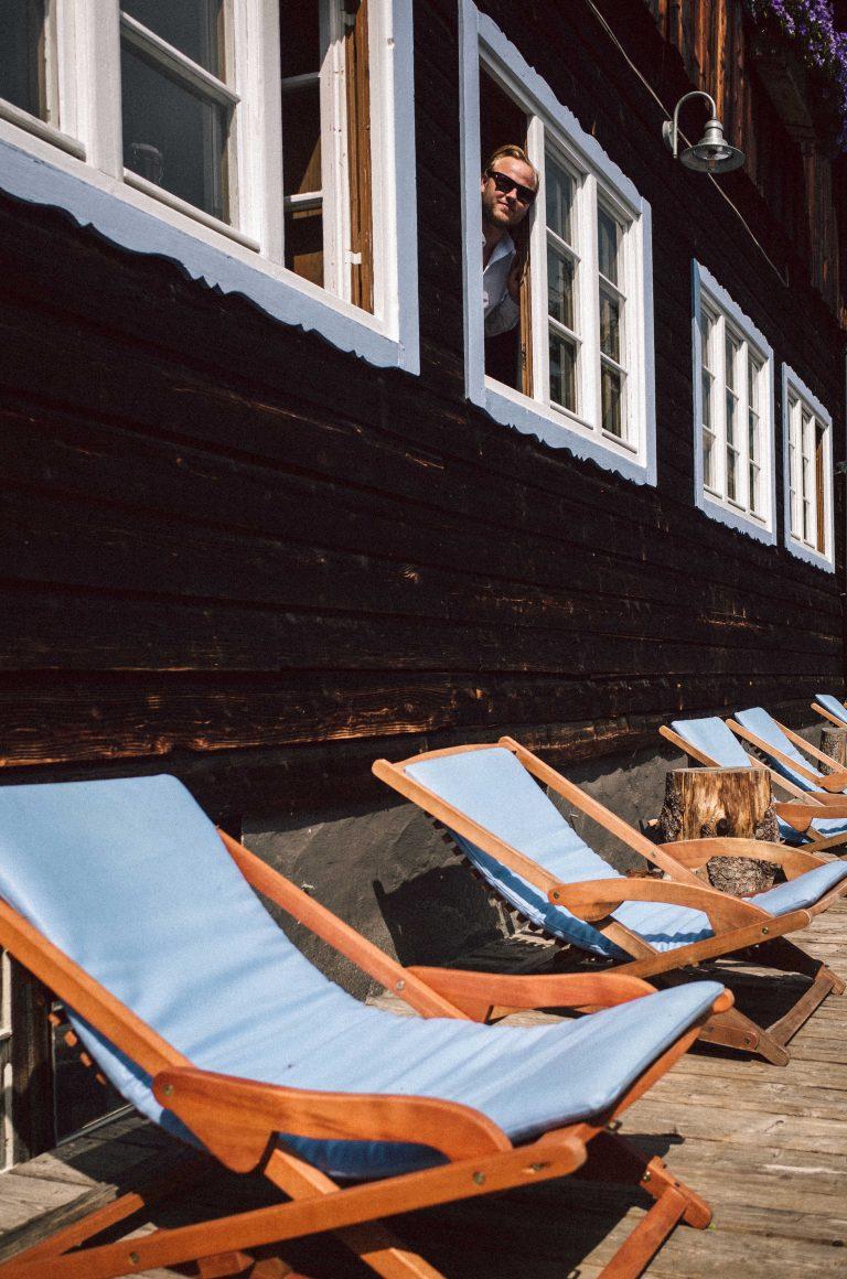 Entschleunigung pur: Liegestühle auf der Sonnenterrasse