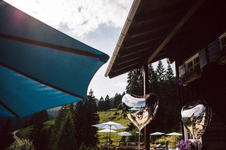 Sonnenschirm und Himmelblau mit Herz-Luftballons - die perfekte Hüttenstimmung im Almbad Sillberghaus
