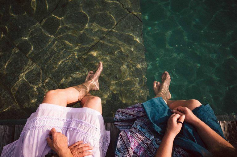 Gäste kühlen ihre Füße im Naturpool des Almbad Sillberghaus