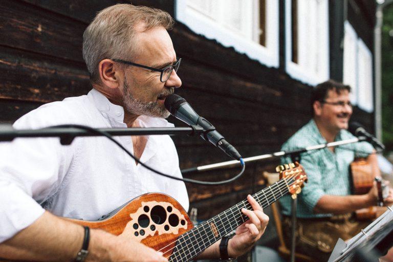 Live-Gitarrenmusik auf der Sonnenterrasse