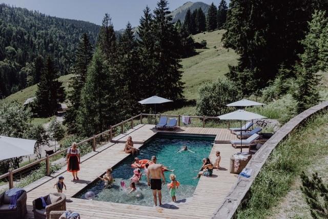 Das Highlight des Almbad Sillberghaus im Sommer - der Naturpool umgeben von Almwiesen