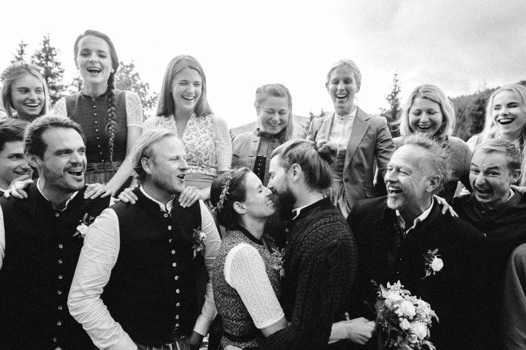 Hochzeitskuss des Trachten-Brautpaars im Almbad Sillberghaus