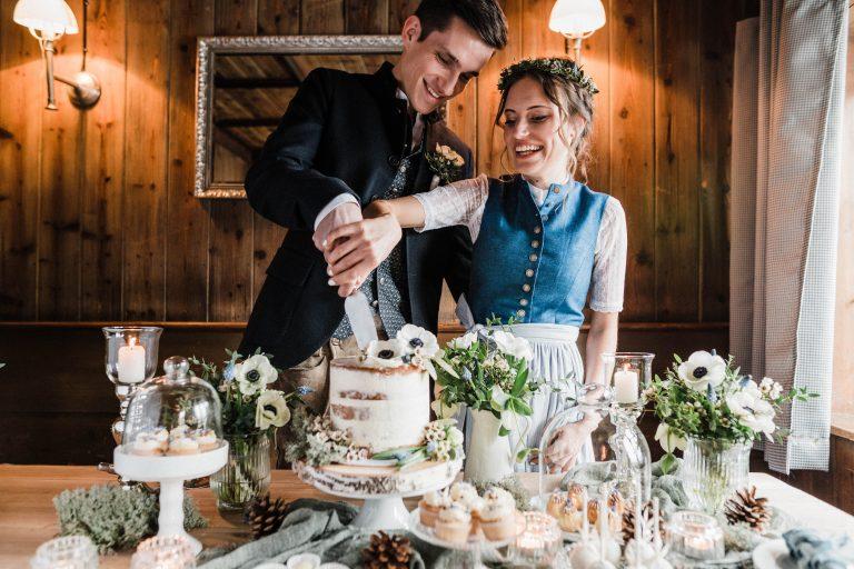 Tradition: Gemeinsames Anschneiden der Hochzeitstorte